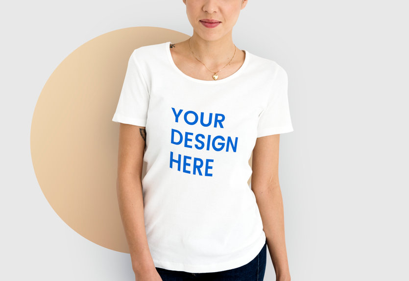 goodies publicitaires: Woman wearing mockup design space white tee